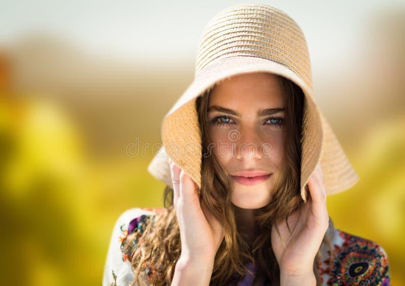 Cara do ` s da mulher na natureza brilhante que guarda o chapéu fotos de stock