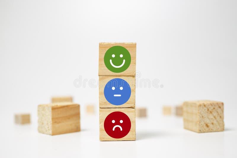 cara do smiley no cubo do bloco de madeira - serviços a empresas que avaliam a experiência do cliente, conceito da avaliação da s imagem de stock royalty free