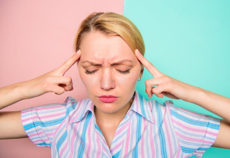 A cara dolorosa da mulher sofre a dor de cabeça A mulher com enxaqueca sofre da dor Problema de saúde da dor de cabeça e do esfor fotografia de stock royalty free