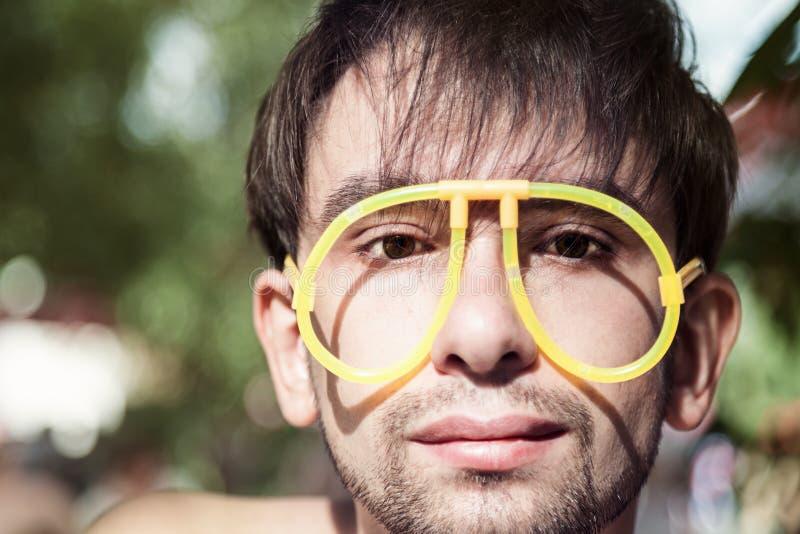 Cara dos homens novos que vestem uns vidros estranhos fotografia de stock