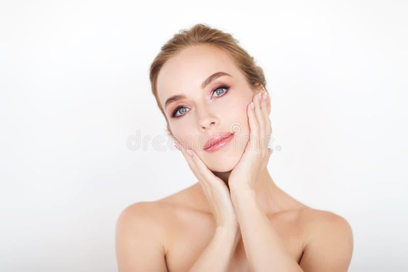 Cara e mãos bonitas da jovem mulher fotografia de stock