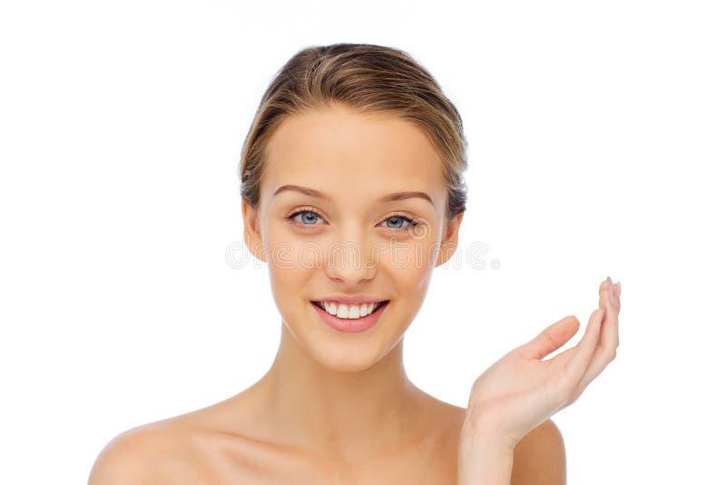 Cara e ombros de sorriso da jovem mulher imagem de stock royalty free