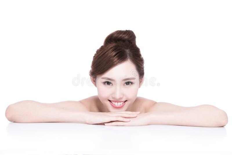 Cara encantadora de la sonrisa de la mujer fotografía de archivo