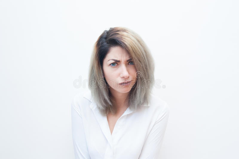 Cara engraçada da mulher loura nova dos olhos azuis fotos de stock