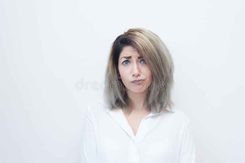 Cara engraçada da mulher loura nova dos olhos azuis imagens de stock royalty free