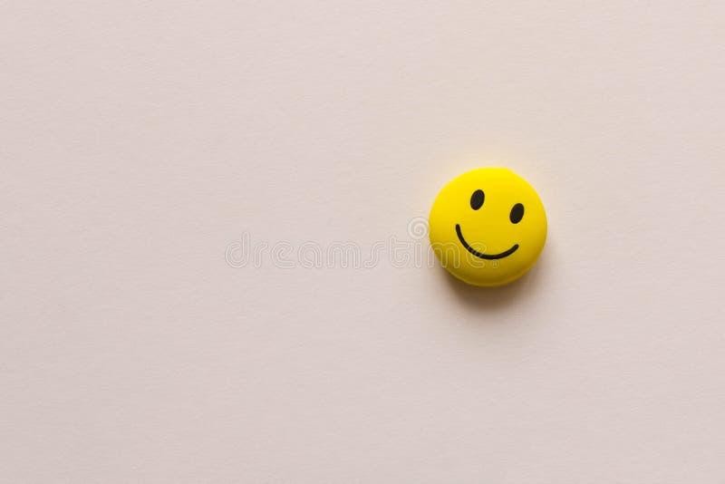 Cara engraçada do smiley no fundo branco O conceito do humor positivo Espaço vazio do texto imagem de stock