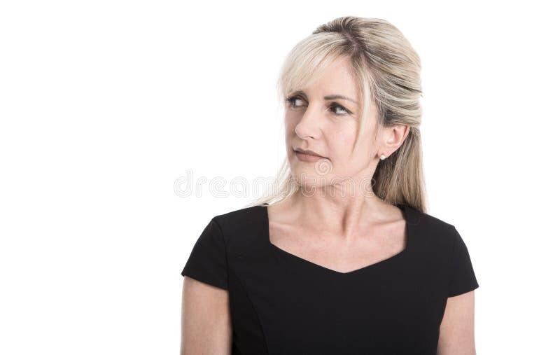 Cara escéptica de una empresaria rubia atractiva mayor imagen de archivo