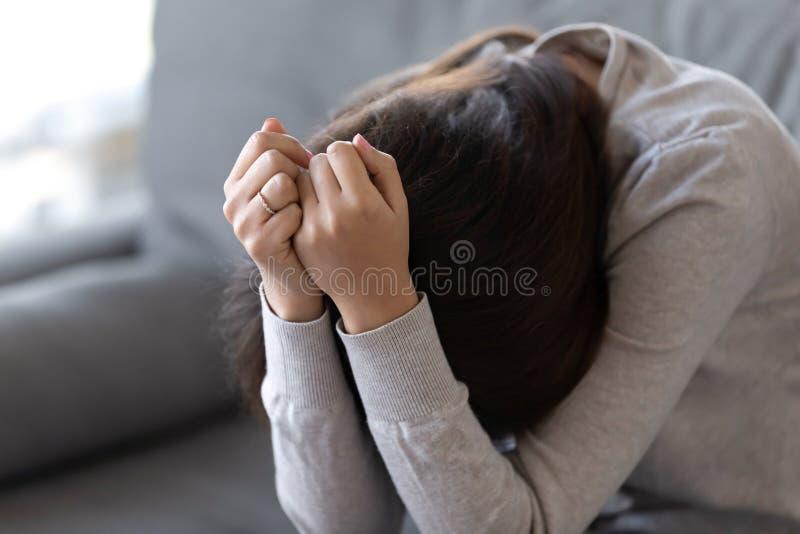Cara escondendo comprimida da jovem mulher nas mãos, problemas psicológicos imagens de stock royalty free