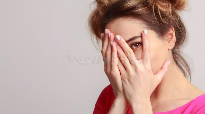 Cara escondendo da mulher alegre, tendo o divertimento no fundo imagem de stock