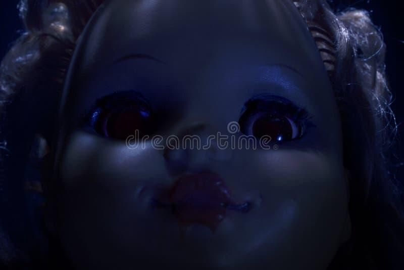 Cara espeluznante de la muñeca plástica asustadiza, primer imagenes de archivo