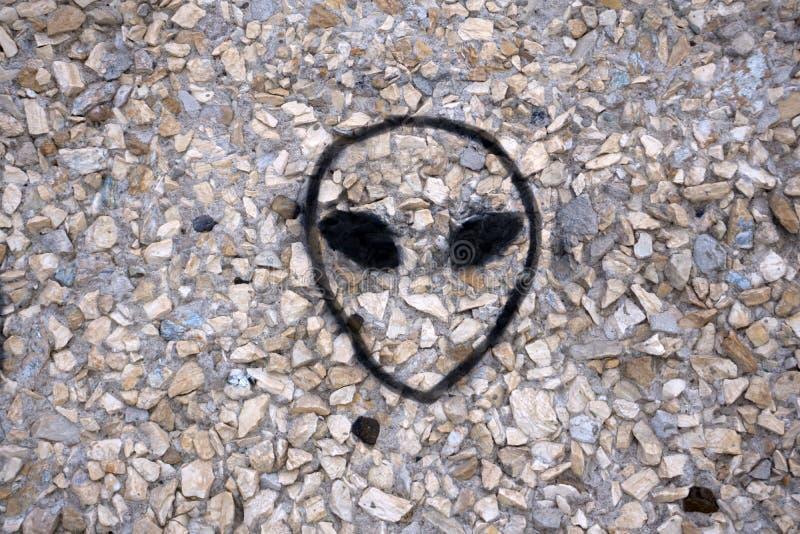 Cara estrangeira na parede de um UFO imagens de stock