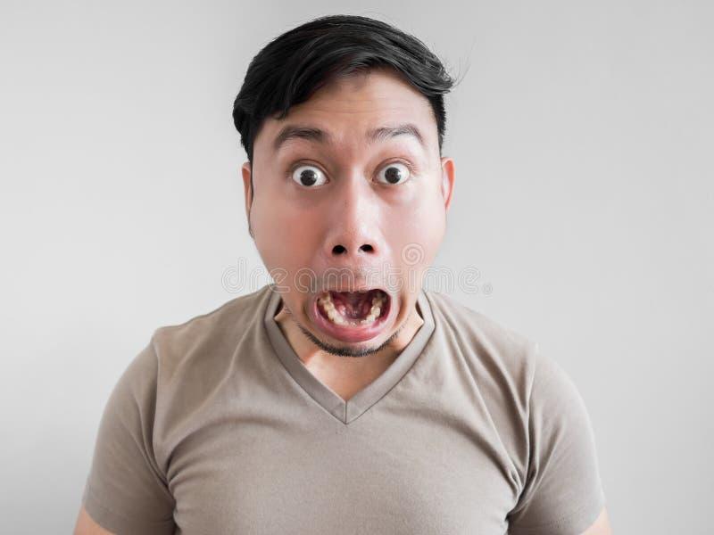 Cara excesivamente del choque y de la sorpresa del hombre imagen de archivo