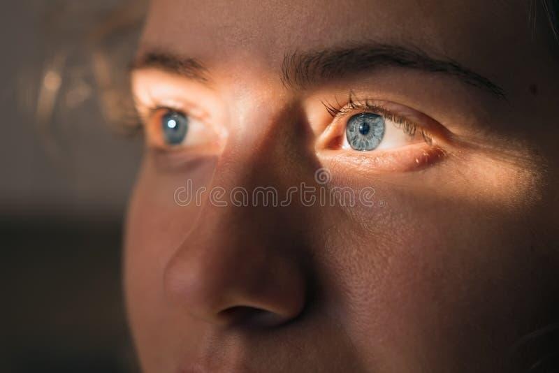 Cara eyed azul do ` s da mulher imagens de stock