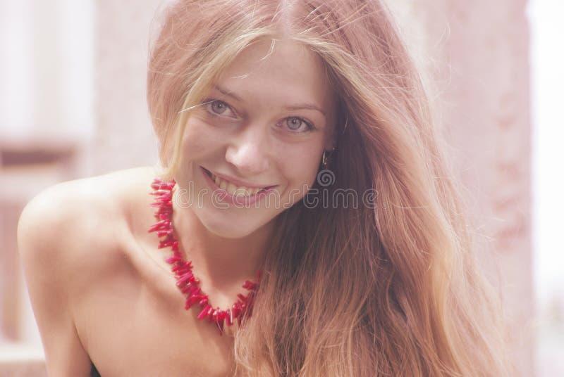 Cara fêmea bonita de sorriso fotografia de stock