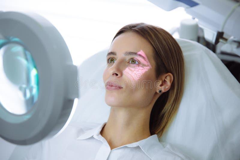 Cara fêmea bonita do close-up com mãos do varredor e do cosmetologist da veia com a seringa durante injeções faciais da beleza imagens de stock