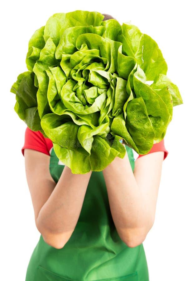 Cara fêmea da coberta do empregado do supermercado ou do mantimento com lettuc imagem de stock