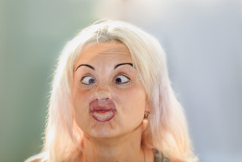 Cara fêmea pressionada contra o vidro ou a janela imagem de stock royalty free
