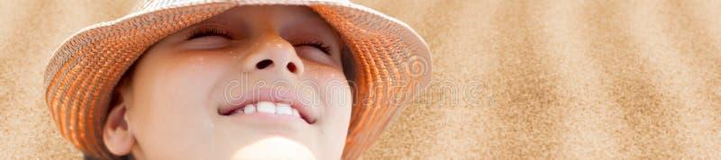 Cara feliz da criança do fundo quente do verão imagem de stock royalty free