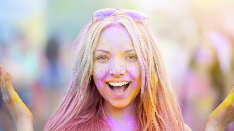 Cara feliz de la muchacha que disfruta de la atmósfera del festival de Holi, celebración del partido del verano imágenes de archivo libres de regalías