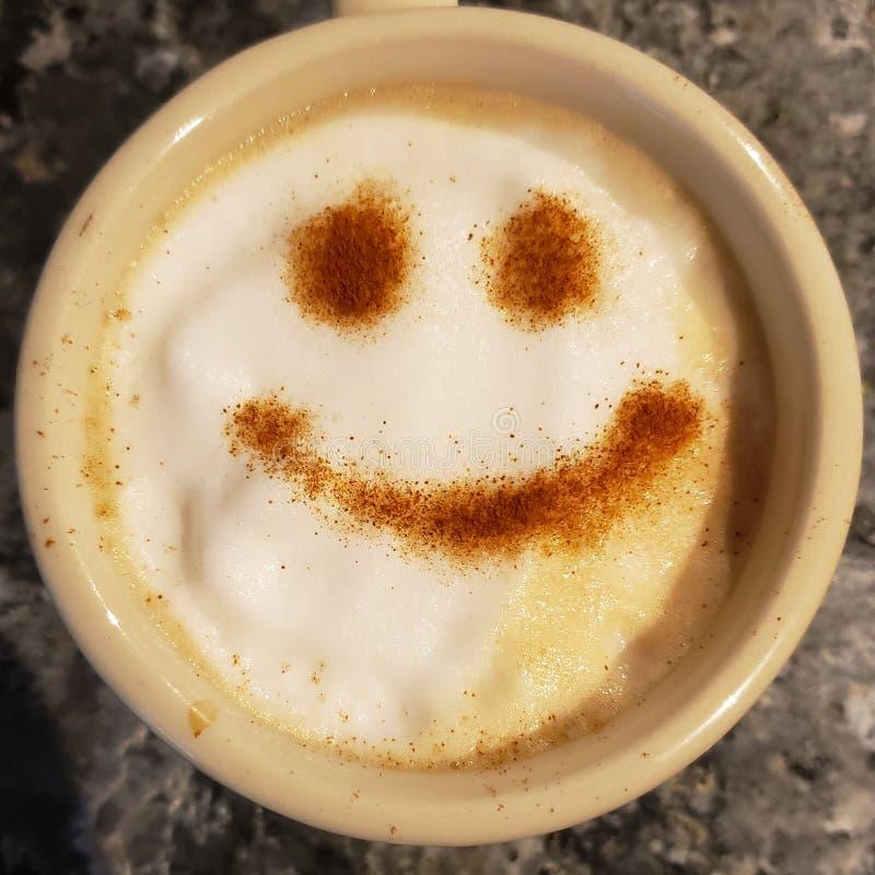 Cara feliz del café en taza fotos de archivo