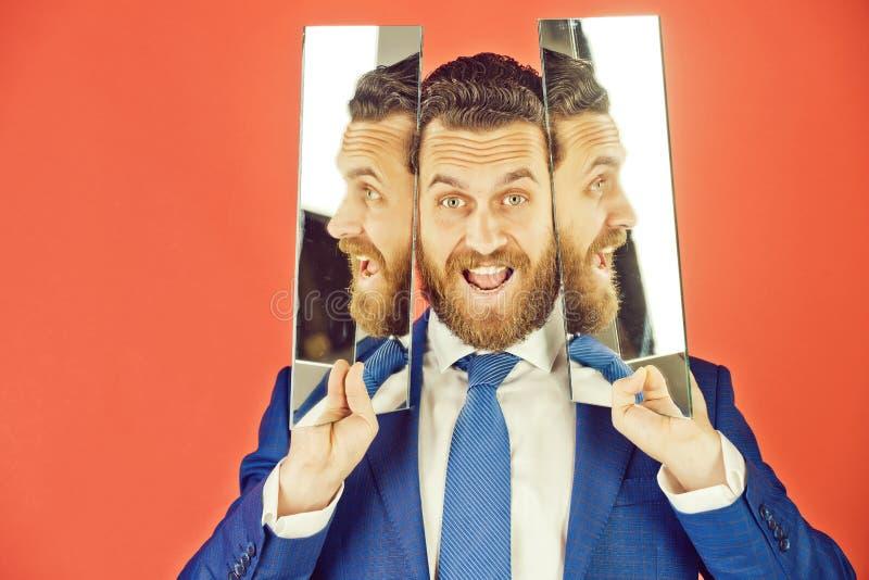 Cara feliz del hombre barbudo del inconformista, hombre de negocios que refleja en espejo imágenes de archivo libres de regalías