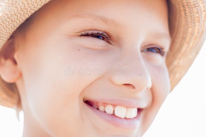 Cara feliz do sorriso da criança bonito fotografia de stock royalty free