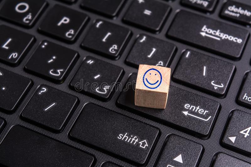 Cara feliz no portátil fotografia de stock