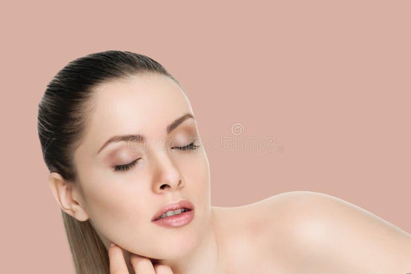 Cara femenina agradable con la piel de la salud fotografía de archivo