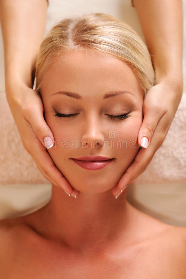 Cara femenina bonita que consigue masaje de la relajación fotos de archivo