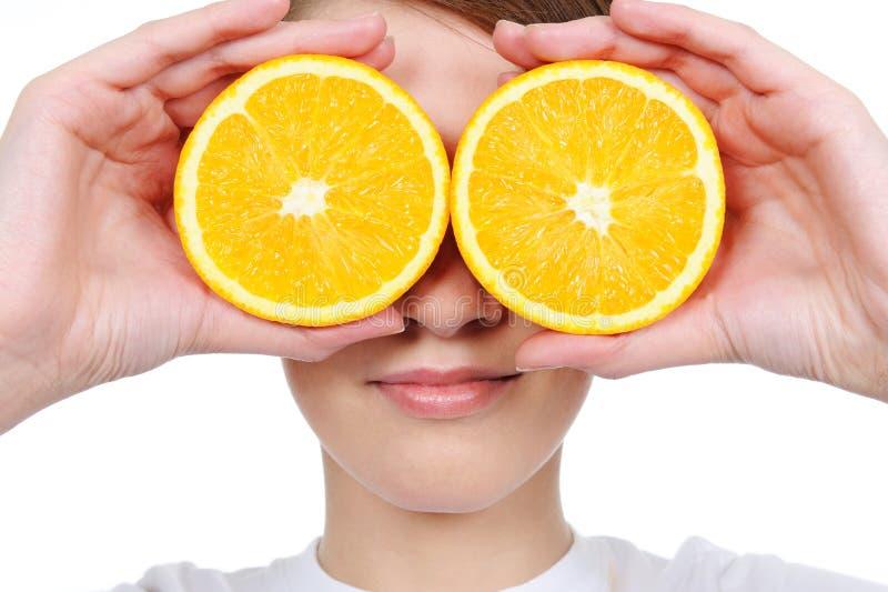 Cara femenina con la naranja fresca de la sección imagenes de archivo