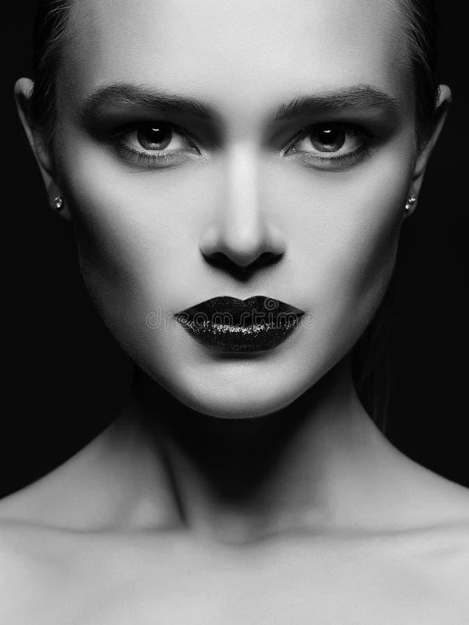 Cara femenina hermosa en oscuridad fotografía de archivo