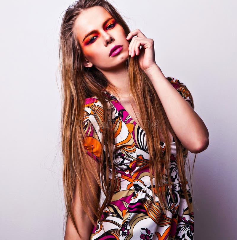 Cara femenina joven hermosa con maquillaje multicolor de la moda brillante. fotografía de archivo libre de regalías