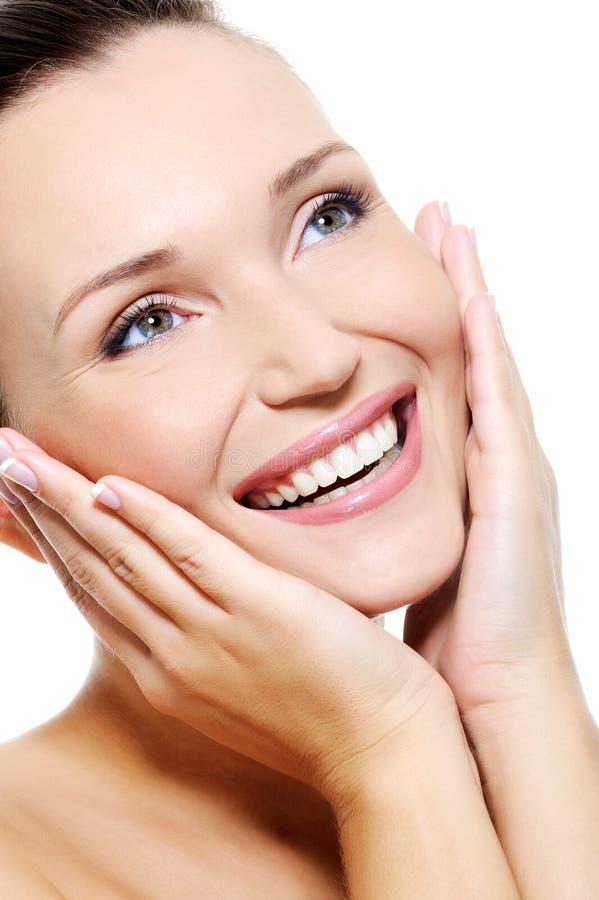 Cara femenina limpia fresca con una sonrisa más blanca beaty fotos de archivo libres de regalías