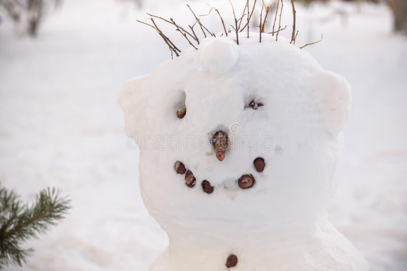 A cara fria do boneco de neve tem o nariz da cenoura, a tubulação e os olhos do botão Chapéu de palha vermelho do lenço fotos de stock royalty free