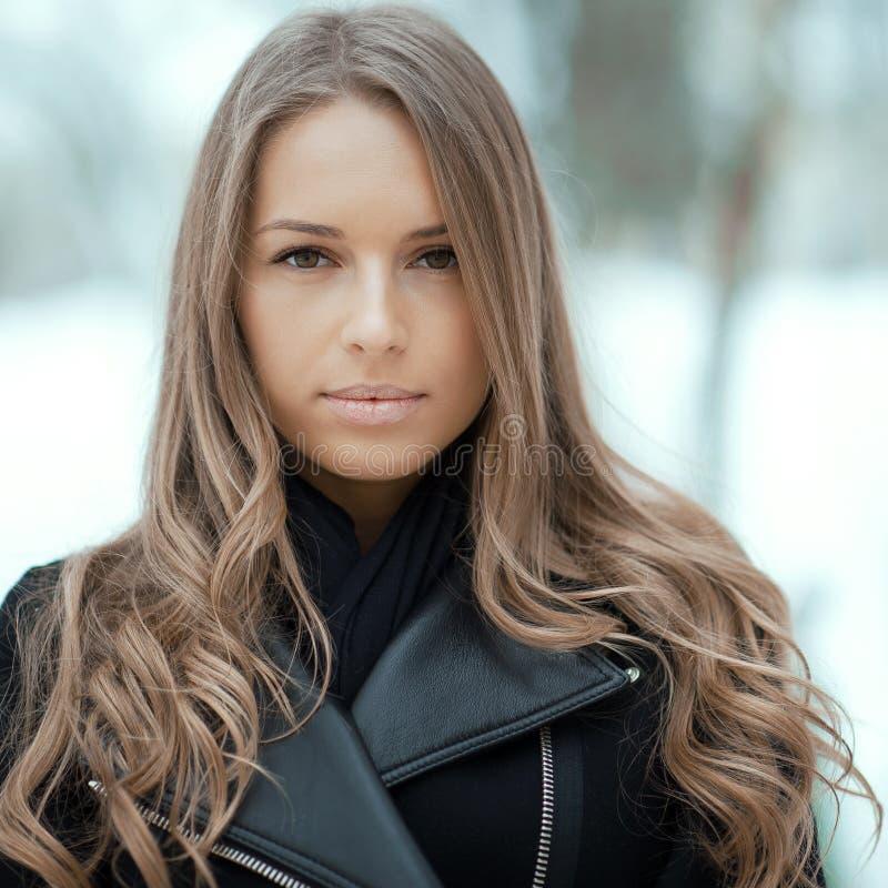 Cara hermosa de la muchacha en invierno foto de archivo libre de regalías