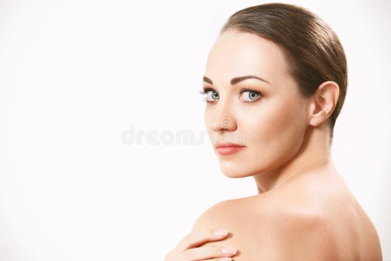 Cara hermosa de la mujer adulta joven con la piel fresca limpia fotografía de archivo