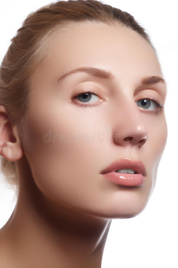 Cara hermosa de la mujer adulta joven con la piel fresca limpia - aislada Muchacha hermosa con el cuidado hermoso co del maquilla imagen de archivo libre de regalías