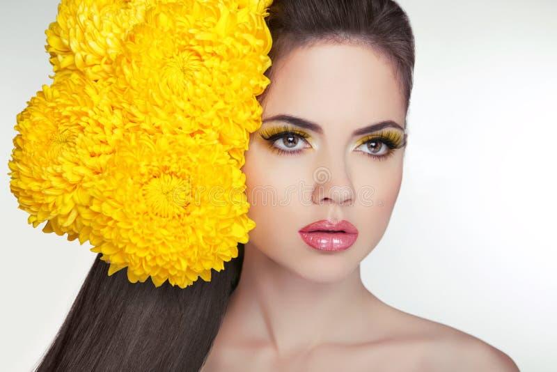 Cara hermosa de la mujer adulta joven con la piel fresca limpia, de largo foto de archivo libre de regalías