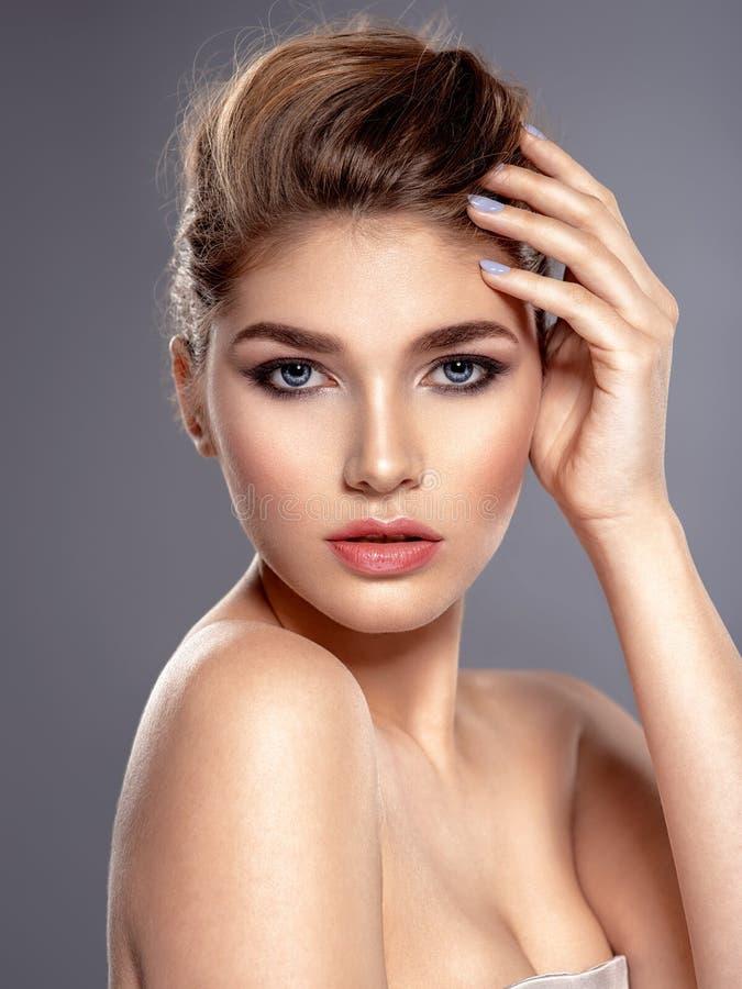 Cara hermosa de la mujer caucásica joven con la piel de la salud foto de archivo libre de regalías