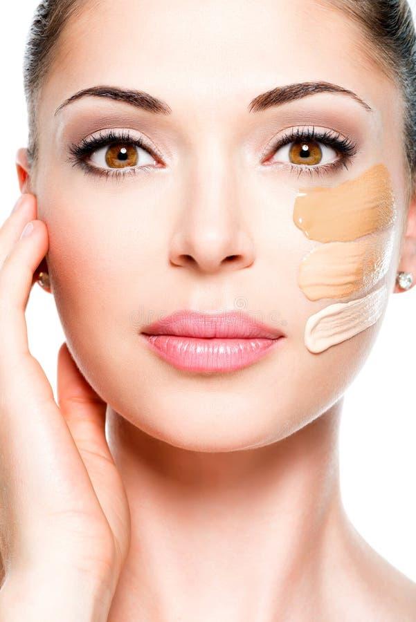 Cara hermosa de la mujer con la fundación cosmética en una piel. fotografía de archivo
