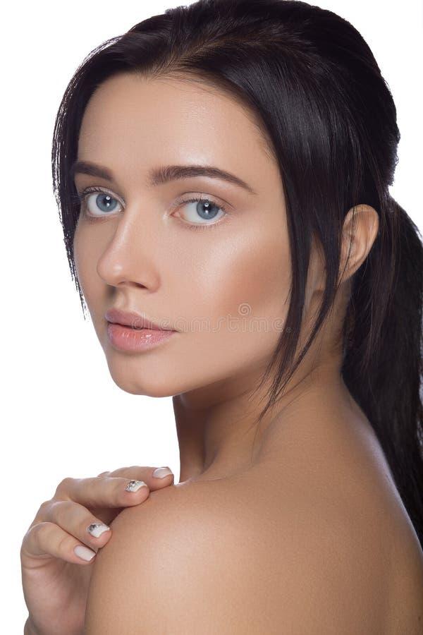 Cara hermosa de la mujer joven con cierre fresco limpio de la piel para arriba en blanco Retrato de la belleza Sonrisa del balnea imagen de archivo