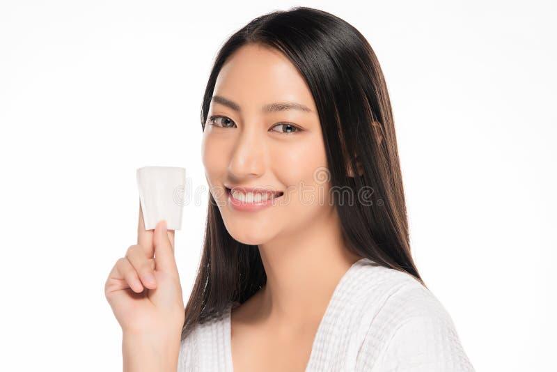 Cara hermosa de la mujer joven con cierre fresco limpio de la piel para arriba en blanco Retrato de la belleza Sonrisa hermosa de fotos de archivo libres de regalías