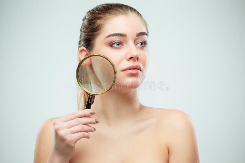 Cara hermosa de la mujer joven con la piel fresca limpia imágenes de archivo libres de regalías
