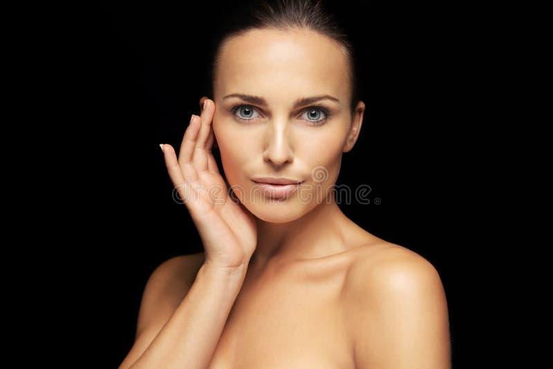 Cara hermosa de la mujer joven con la piel perfecta imagen de archivo