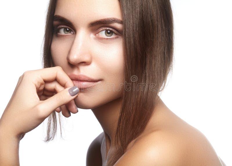 Cara hermosa de la mujer joven Skincare, salud, balneario Limpie la piel suave, mirada fresca sana Maquillaje diario natural imagenes de archivo