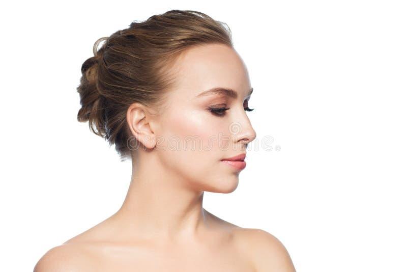 Cara hermosa de la mujer joven sobre el fondo blanco fotografía de archivo libre de regalías