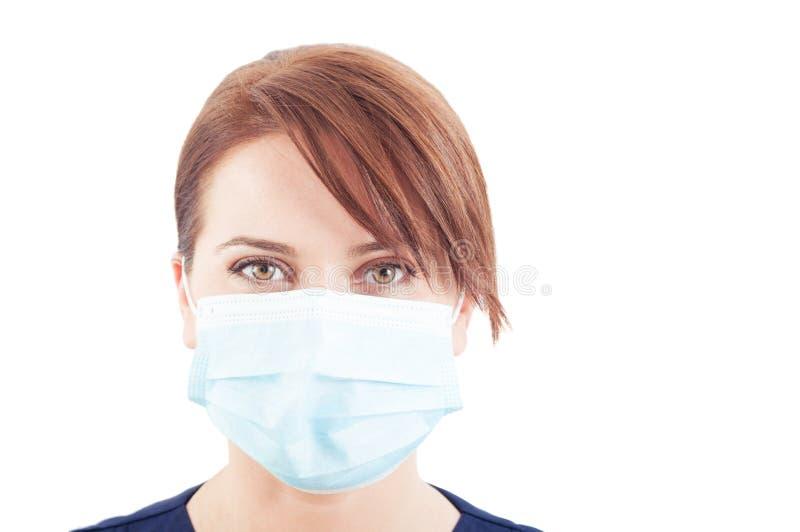 Cara hermosa de un doctor de la mujer que lleva la máscara quirúrgica fotos de archivo