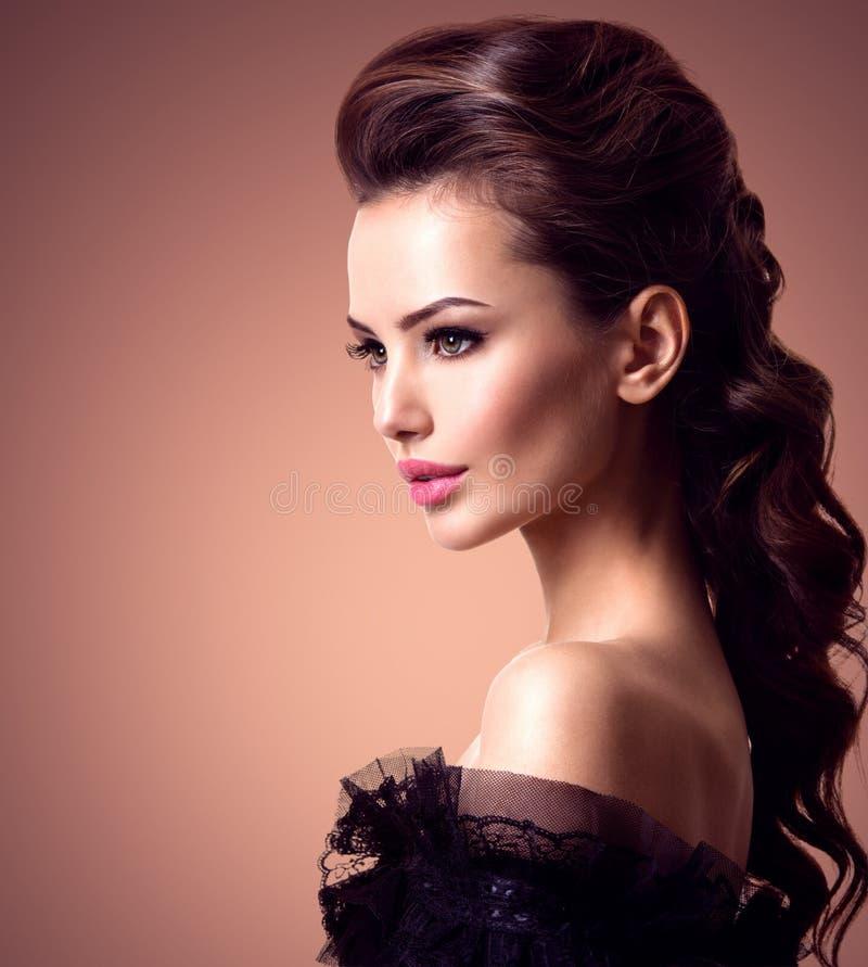 Cara hermosa de una mujer atractiva joven con los pelos largos fotos de archivo