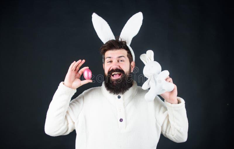 Cara hermosa del hombre llevar los oídos blancos del conejito Conejito del este Símbolo blanco del conejito del día de fiesta de  imagenes de archivo