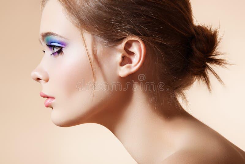 Cara hermosa del perfil con maquillaje brillante de la manera imagen de archivo libre de regalías